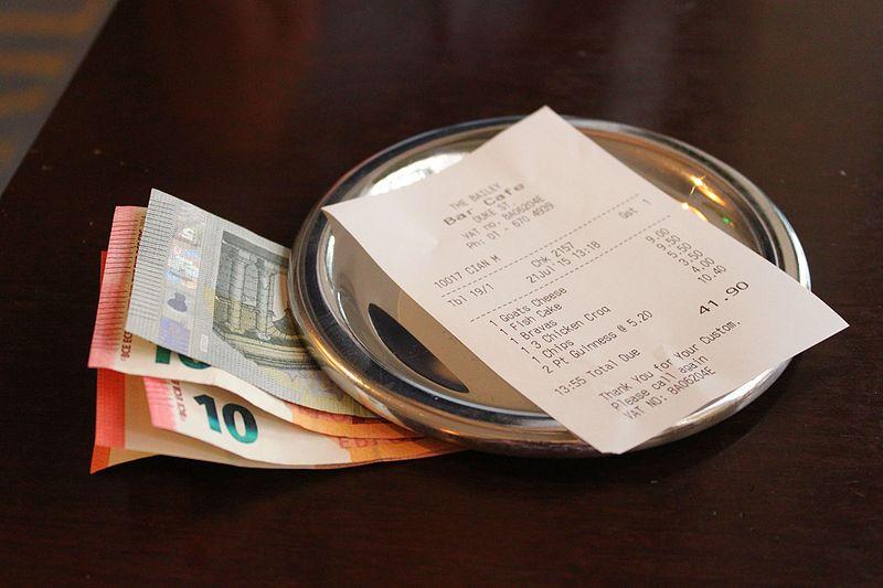 De rekening betalen in het restaurant