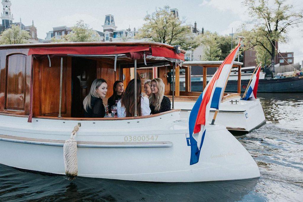 Een leuk uitje met vriendinnen? Maak een vaartocht met een privé boot!