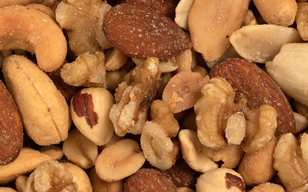 Het verschil tussen geroosterde en ongebrande noten